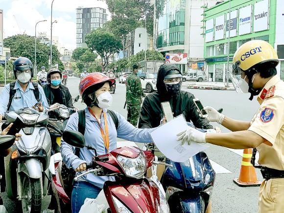 Kiểm tra giấy đi đường tại giao lộ Nguyễn Thị Minh Khai - Cách Mạng Tháng Tám, quận 3, TPHCM vào trưa 15-9. Ảnh: CHÍ THẠCH