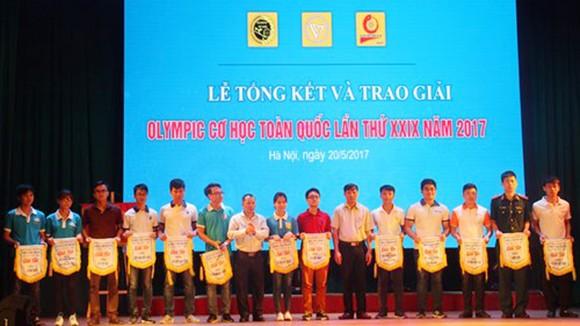 Trao thưởng cho những cá nhân đoạt giải Olympic Cơ học toàn quốc 2017