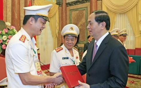 Chủ tịch nước Trần Đại Quang tặng quà cho các Anh hùng lực lượng vũ trang nhân dân tại buổi gặp mặt. Ảnh: TTXVN