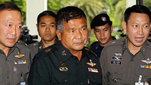 Cảnh sát áp giải Trung tướng Manas Kongpan (giữa) đến trụ sở Cảnh sát Hoàng gia Thái Lan ở Bangkok, ngày 3-6-2015. Ảnh: EPA
