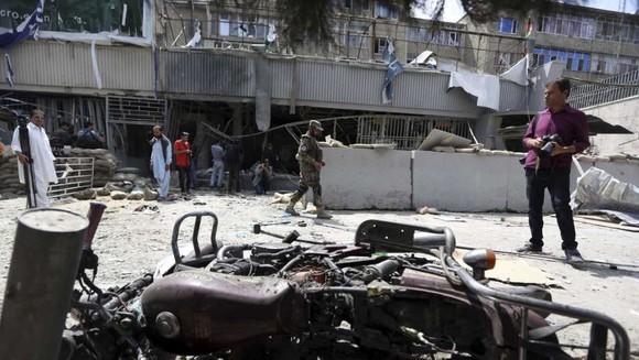 Chi nhánh Kabul Bank ở Kabul, Afghanistan, hư hỏng nghiêm trọng trong vụ đánh bom tự sát ngày 29-8-2017. Ảnh: AP