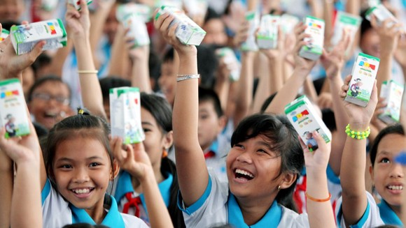 Vinamilk trao 76.500 ly sữa cho trẻ em tại tỉnh Vĩnh Long ảnh 2