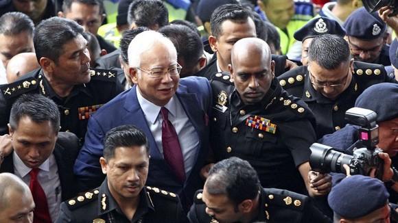 Cựu Thủ tướng Najib Razak (giữa) đến Tòa án Kuala Lumpur trong phiên truy tố ngày 4-7-2018. Ảnh: AP