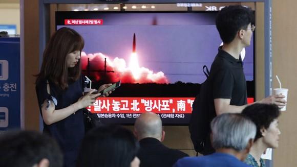 Người dân Hàn Quốc theo dõi tin tức về Triều Tiên