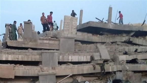 Lực lượng cứu hộ tìm kiếm nạn nhân dưới đống đổ nát. Ảnh: TTXVN