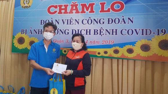 Liên đoàn Lao động quận 3 trao quà người lao động khó khăn