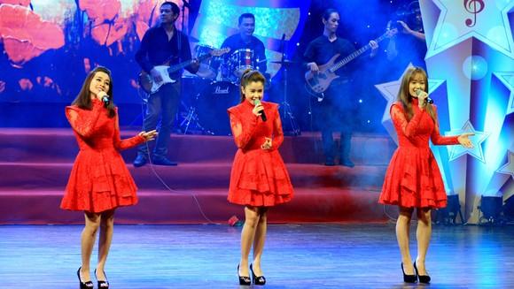Nhóm Mắt Ngọc biểu diễn trong chương trình Âm nhạc tỏa sáng do Hội Nhạc sĩ TPHCM tổ chức tại Nhà hát Bến Thành