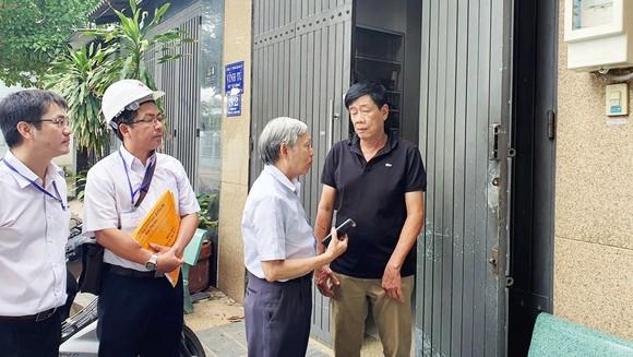 Ông Nguyễn Mạnh Hùng, Chủ tịch Hội bảo vệ quyền lợi người tiêu dùng trao đổi thông tin sử dụng điện với anh Khoa (đường DC7 phường Sơn Kỳ, quận Tân Phú, TPHCM)