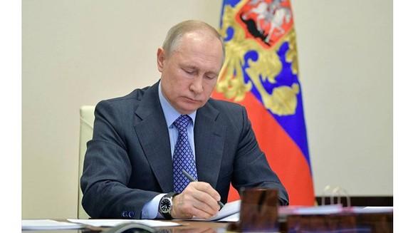 Tổng thống Nga Vladimir Putin ký thông qua đạo luật. Nguồn: TASS