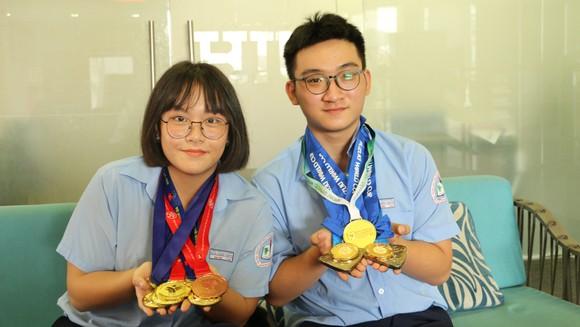 Kiện tướng Kim Hoa và Tiến Phước với các thành tích trên tay khi đến nhận học bổng toàn phần tại HIU