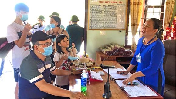 Chị Cáp Thị Minh Trang tiếp đại diện các đoàn đến đưa công văn yêu cầu thuyết minh