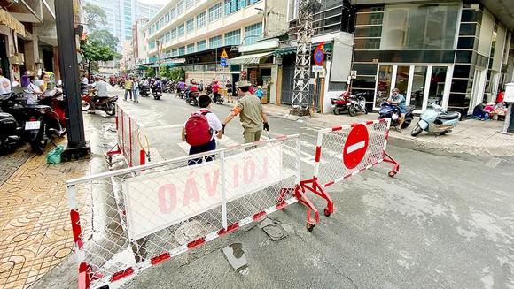 Phân luồng lối vào - lối ra giúp giao thông thông thoáng trước Trường Tiểu học Minh Đạo, quận 5. Ảnh: CAO THĂNG