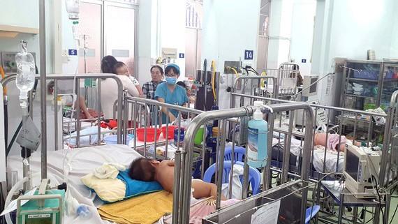 Các bệnh nhi mắc tay chân miệng tại Bệnh viện Nhi đồng 2