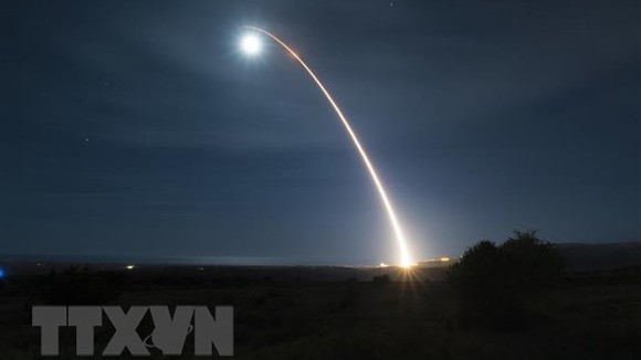Tên lửa đạn đạo liên lục địa (ICBM) Minuteman 3 không mang đầu đạn được phóng từ bang California nhằm vào một mục tiêu ở Thái Bình Dương trong một cuộc tấn công giả định. Ảnh: AFP/ TTXVN