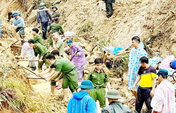 Lực lượng chức năng tổ chức tìm kiếm nạn nhân mất tích trong vụ sạt lở tại Bắc Trà My. Ảnh: NGỌC PHÚC