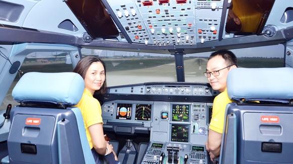 Du khách trải nghiệm làm phi công trên buồng lái giả định máy bay Airbus A320 do Vietravel tổ chức