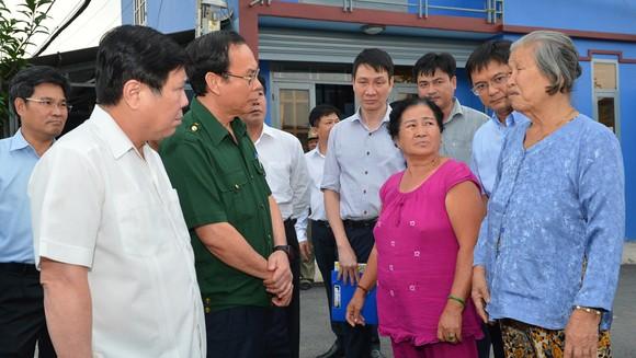 Bí thư Thành ủy TPHCM Nguyễn Văn Nên và Chủ tịch UBND TPHCM Nguyễn Thành Phong trao đổi với người dân về tình hình ngập nước trên địa bàn quận Thủ Đức chiều 25-10-2020. Ảnh: VIỆT DŨNG