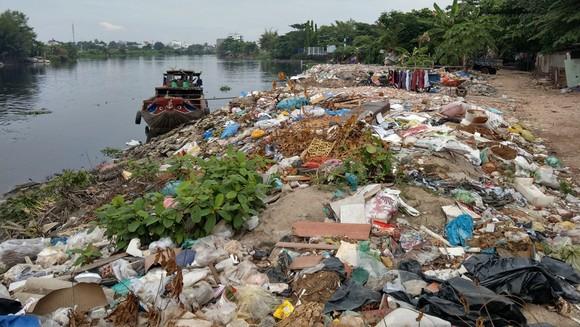 Tái diễn xả rác xuống kênh rạch