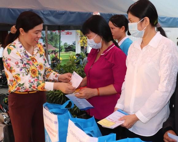 Chủ tịch Hội LHPN TPHCM Nguyễn Trần Phượng Trân trao quà phụ nữ có hoàn cảnh khó khăn