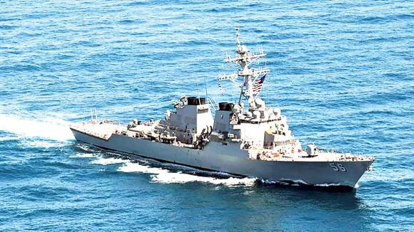 Tàu USS John S. McCain đang thực hiện hoạt động bảo đảm tự do hàng hải ở gần quần đảo Hoàng Sa của Việt Nam trên Biển Đông