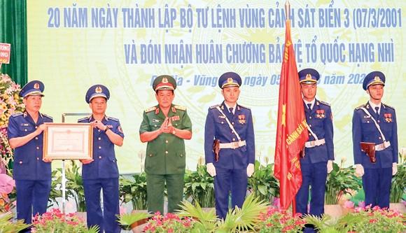 Thượng tướng Võ Minh Lương, Thứ trưởng Bộ Quốc phòng trao Huân chương Bảo vệ Tổ quốc hạng nhì cho Bộ Tư lệnh Vùng Cảnh sát biển 3. Ảnh: TTXVN