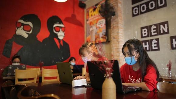 Cà phê Monkey In Black dù phải giảm cửa hàng nhưng vẫn sống được nhờ chuyển đổi qua bán hàng online. Ảnh: DŨNG PHƯƠNG