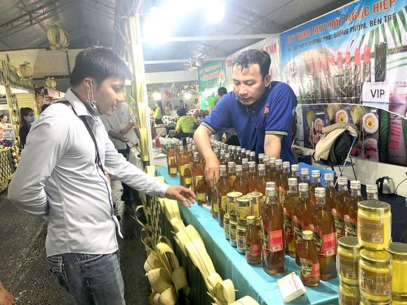 Sản phẩm OCOP của tỉnh Bến Tre tham gia hội chợ xúc tiến thương mại. Ảnh: THANH HẢI