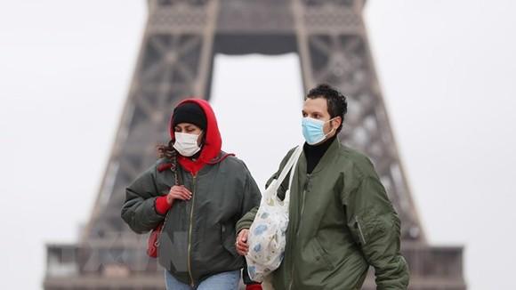 Người dân đeo khẩu trang phòng dịch Covid-19 tại thủ đô Paris, Pháp. Ảnh: TTXVN