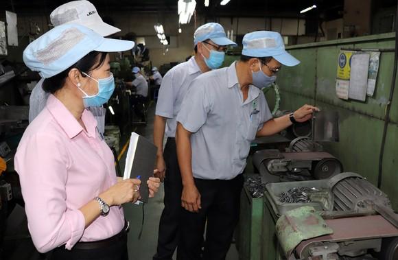 Ban Thanh tra an toàn lao động Công ty TNHH Juki Việt Nam kiểm tra máy móc tại nhà xưởng