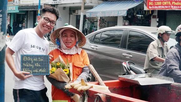 Nhóm Sài Gòn tử tế tặng hoa công nhân vệ sinh của thành phố