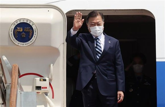 Tổng thống Hàn Quốc Moon Jae-in lên máy bay bắt đầu chuyến thăm Mỹ. Ảnh: TTXVN