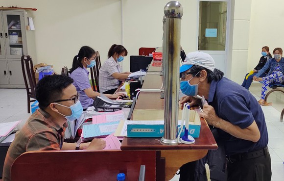 Người dân làm thủ tục hành chính tại UBND xã Vĩnh Lộc B, huyện Bình Chánh