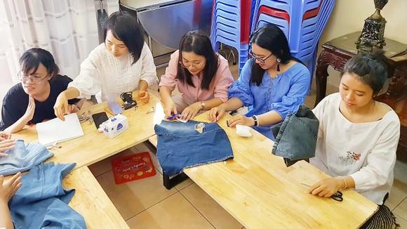 Một buổi học tái chế quần áo jean thành các vật dụng khác tại Trạm Xanh (chụp ở thời điểm dịch Covid-19 chưa bùng phát)