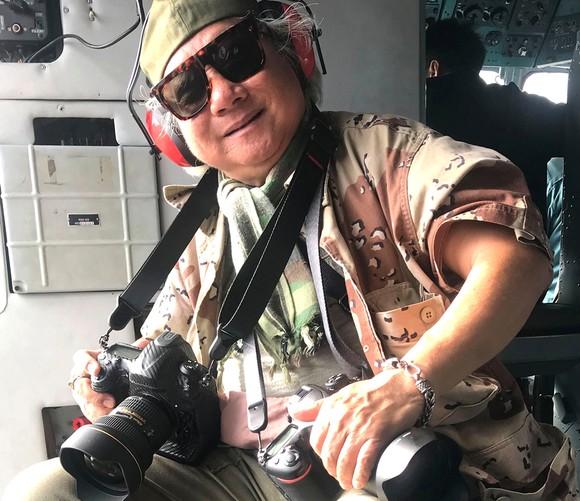 Nhà báo - nhiếp ảnh gia Giản Thanh Sơn trong một lần tác nghiệp ảnh trên không. Ảnh: HOÀNG VĂN OAI