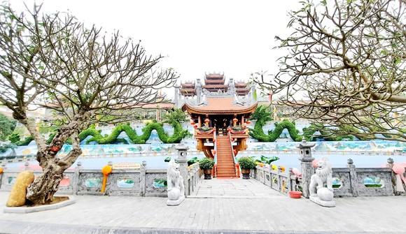 Khung cảnh hoành tráng của chùa Ba Vàng. Ảnh: HOÀI NAM