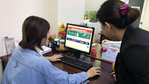 Săn hàng giảm giá online đang phổ biến những năm gần đây. Ảnh: HOÀNG HÙNG