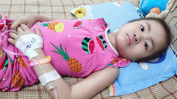 Bé Mai Hồng Thảo Vy, 6 tuổi, đã 4 năm chống chọi với u gan ác tính