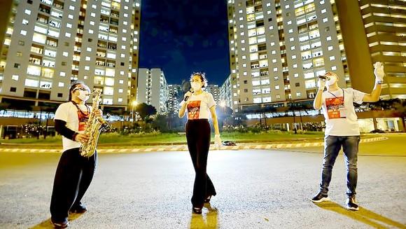 Các nghệ sĩ biểu diễn tại bệnh viện dã chiến. Ảnh: FBNV