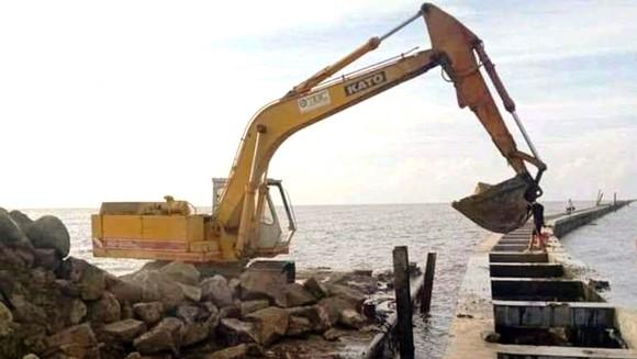 Thi công kè phòng chống sạt lở đê biển ở Cà Mau