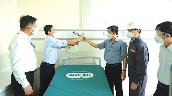 Bàn giao thiết bị điều trị cho bệnh nhân Covid-19 ảnh 1