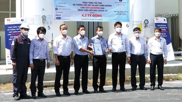 Ông Trần Xuân Điền - Bí thư Đảng ủy Khối cơ sở Bộ Công thương tại TPHCM (thứ 4 từ trái sang) cùng các đơn vị tài trợ trao tặng hệ thống oxy và hút chân không tại Bệnh viện Hồi sức Covid-19