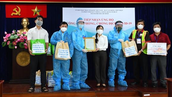 Tiểu đoàn DK1, Vùng 2 Hải quân tặng 300 'Túi quà an sinh' hỗ trợ người dân TPHCM ảnh 1