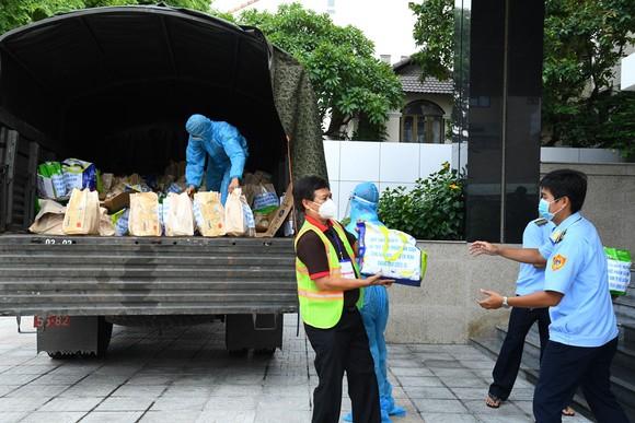 Tiểu đoàn DK1, Vùng 2 Hải quân tặng 300 'Túi quà an sinh' hỗ trợ người dân TPHCM ảnh 2