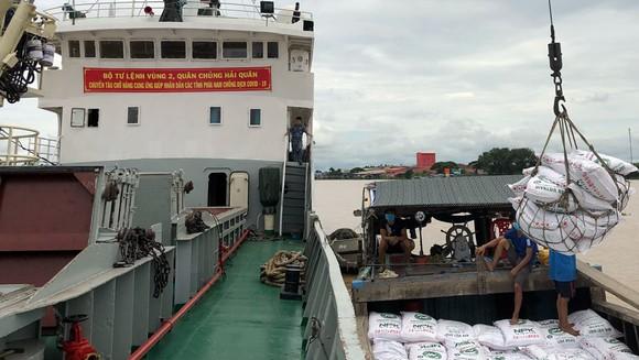 Tàu 626 tổ chức trả hàng trên sông Hậu. Ảnh: VÕ MINH THẮNG