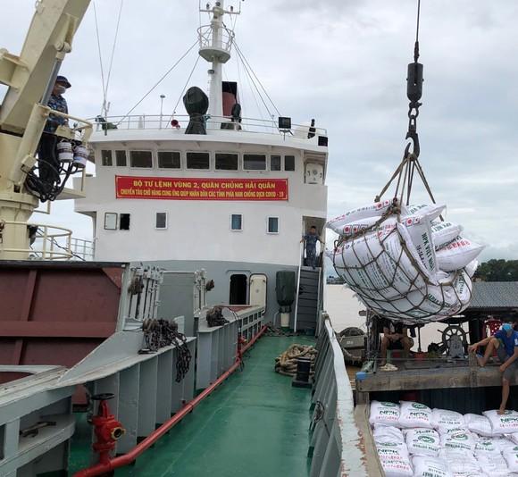 Tàu 626, Vùng 2 Hải quân đưa 400 tấn phân bón đến tỉnh An Giang ảnh 1