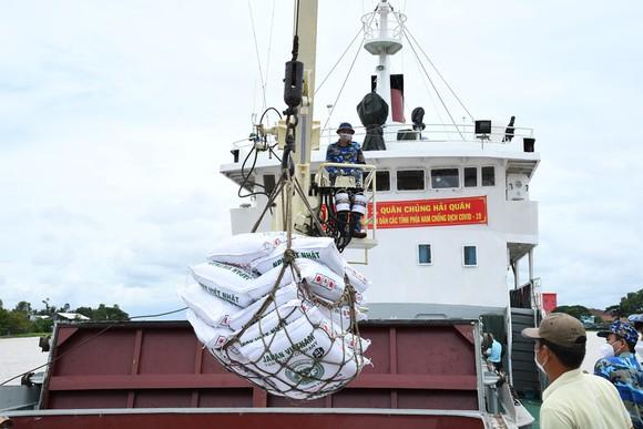 Tàu 626, Vùng 2 Hải quân đưa 400 tấn phân bón đến tỉnh An Giang ảnh 2