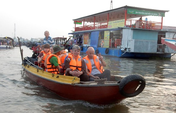 Du khách nước ngoài tham quan chợ nổi Cái Răng