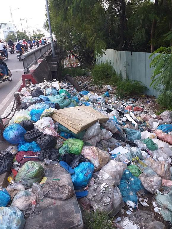 Bãi rác tự phát đầu cầu Kênh Xáng