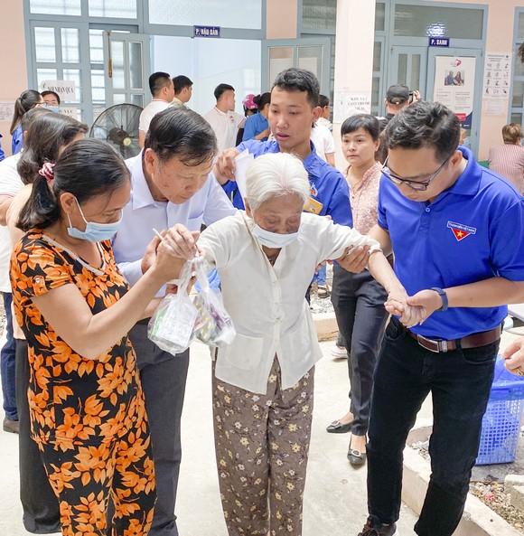 Tặng quà, khám bệnh cho hơn 300 hộ dân ở huyện Bình Chánh ảnh 2