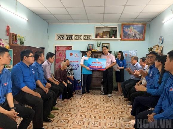 Trao tặng học bổng cho em Nguyễn Thị Ánh Ngọc. Ảnh: TẤN KHƯƠNG